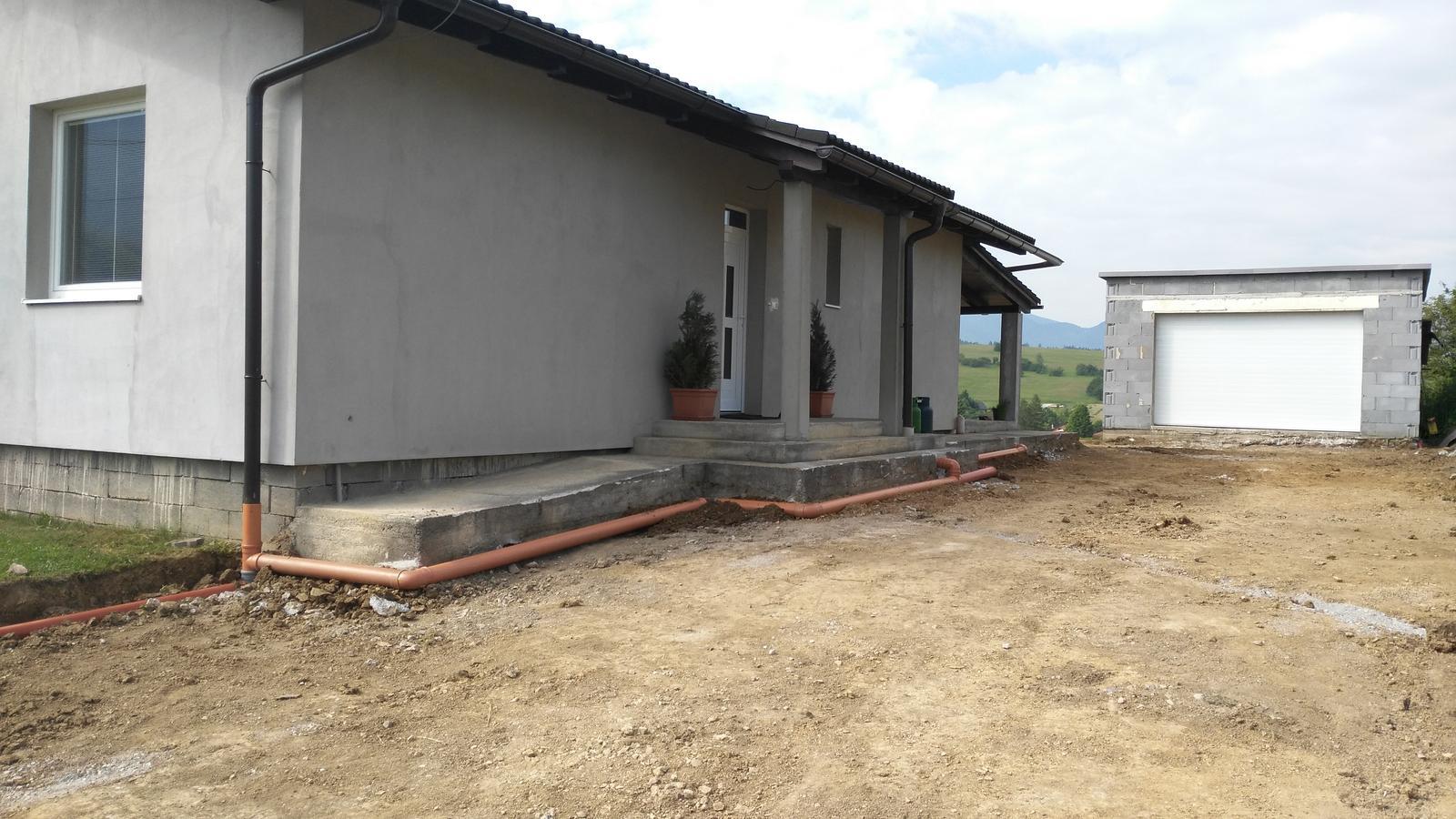 Domček na kopčeku - rury na dazdovu vodu spravene