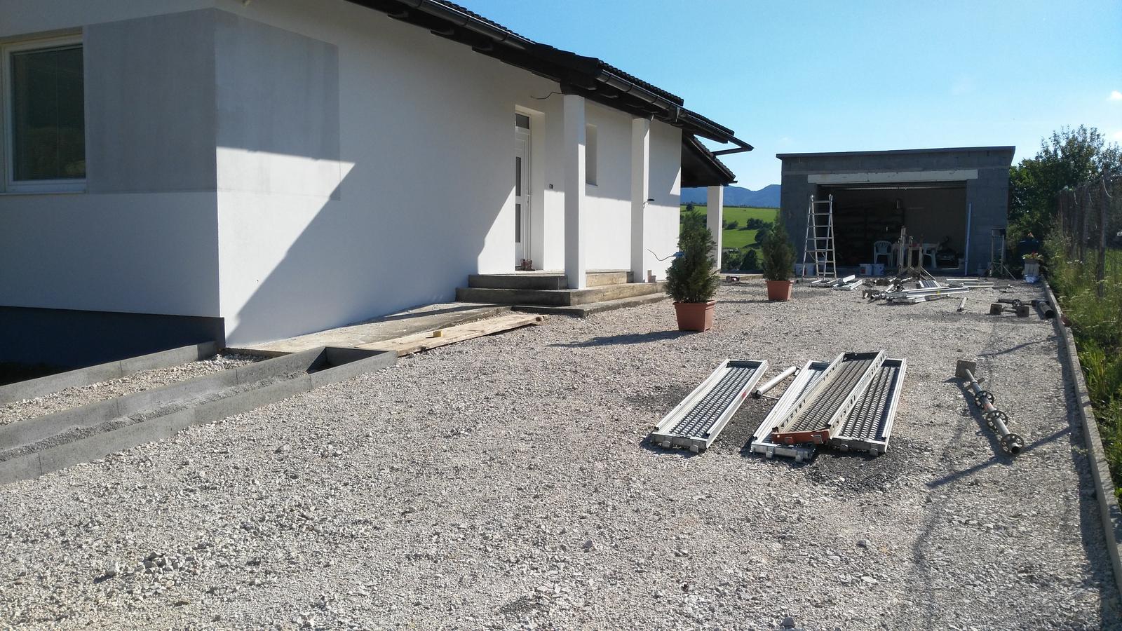 Domček na kopčeku - nas stavebny bordel ale už fasada pomaly finisuje