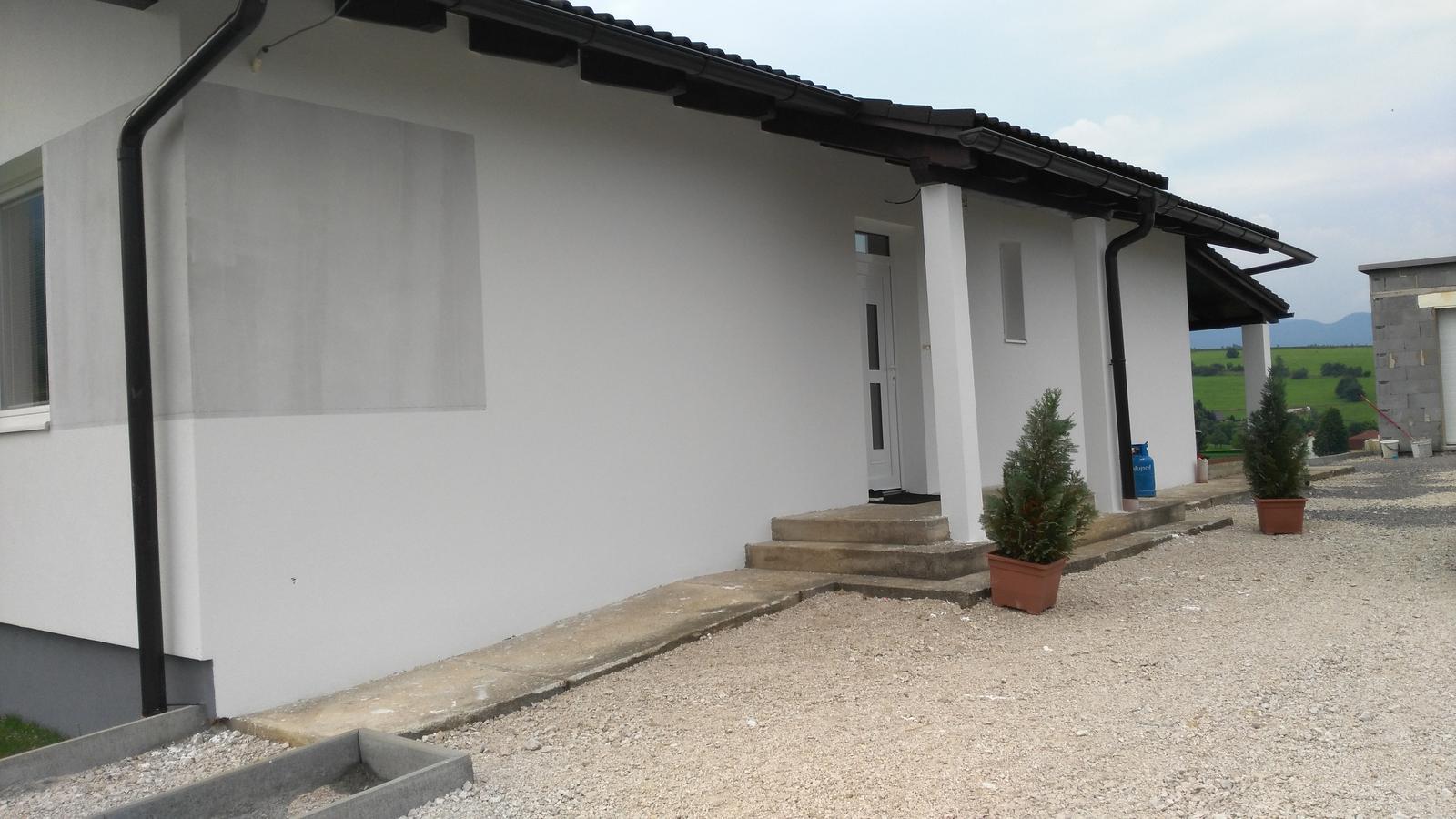 Domček na kopčeku - jednoducha biela fasada