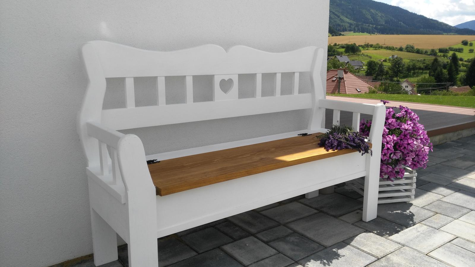 Domček na kopčeku - moje potešenie,už ako malá som ju vždy chcela mat....babičkovsku lavičku