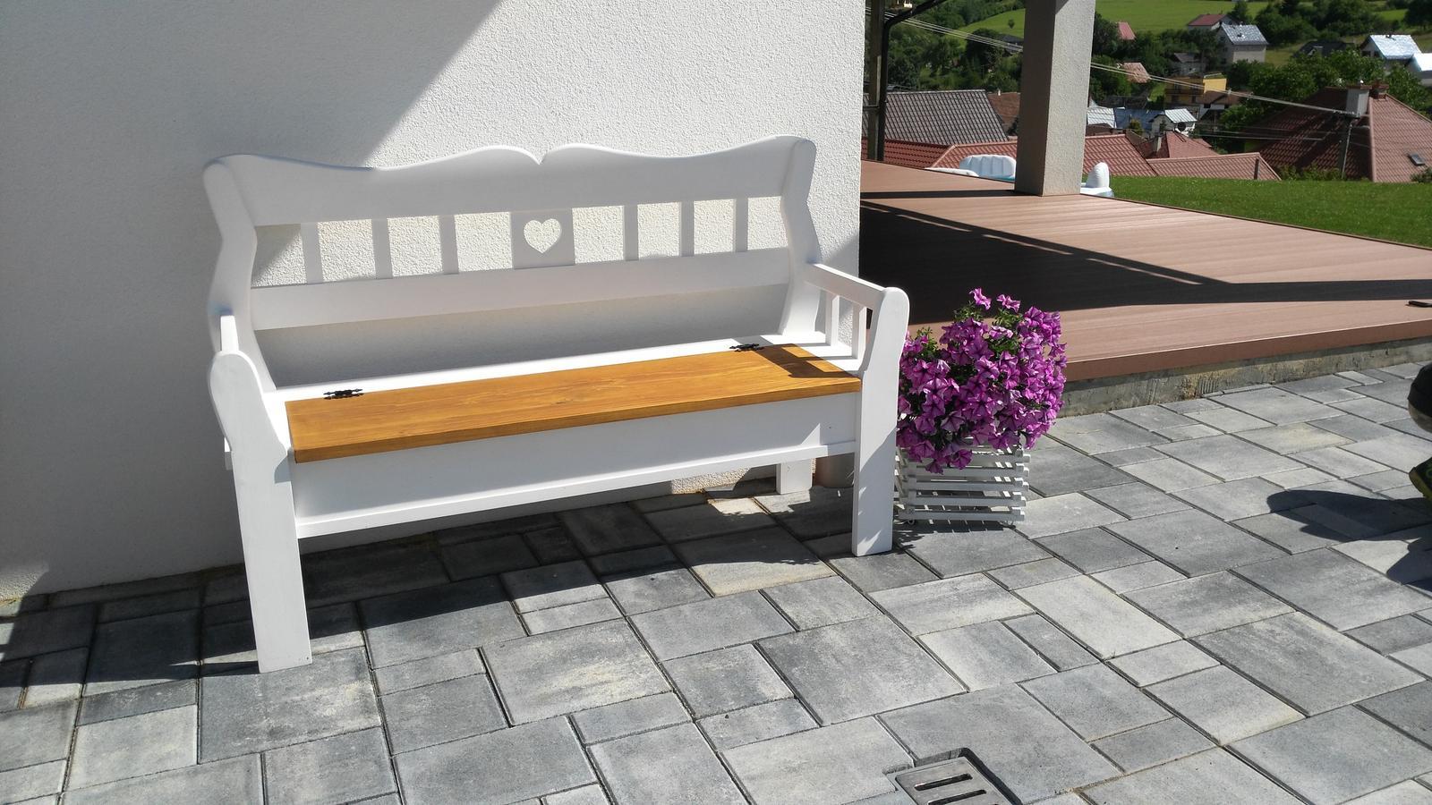 Domček na kopčeku - babičkovská lavička z úložným priestorom