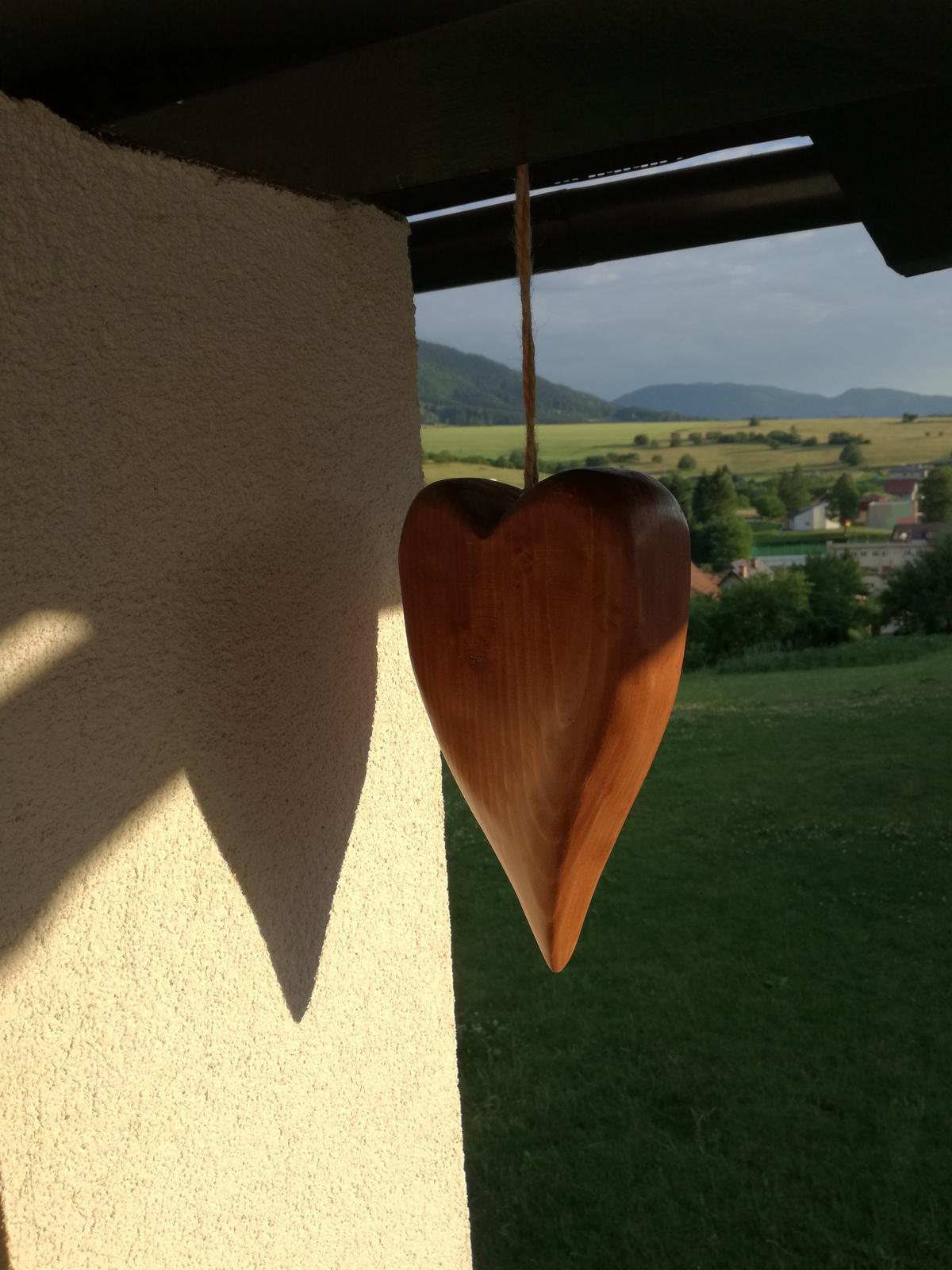 Domček na kopčeku - dekoracia drevené srdce