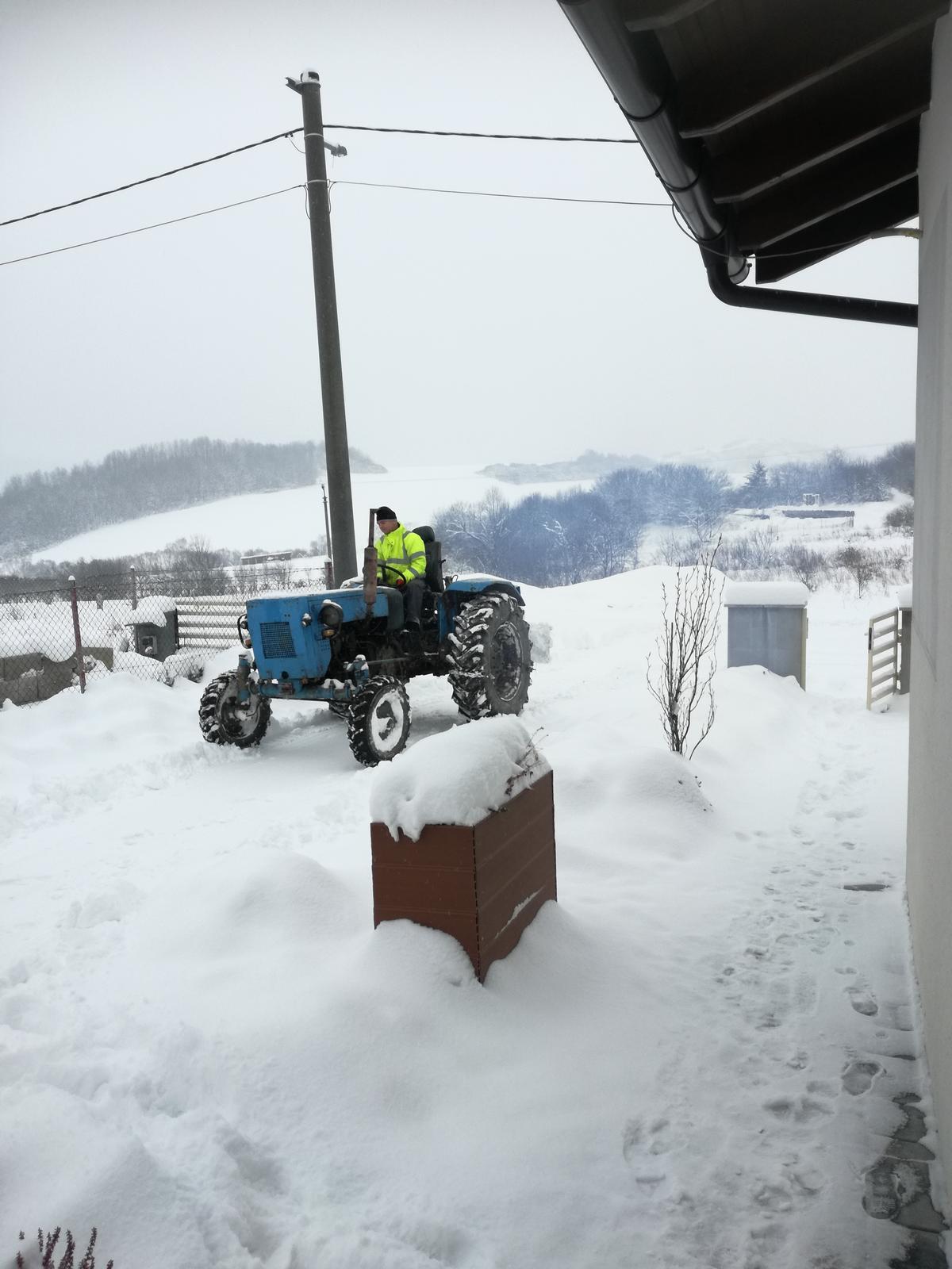 Domček na kopčeku - Padá sniežik padá.... musíme si pomôcť lebo nás zasype