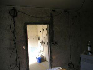 vchod z obývačky do kuchyne
