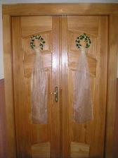 ozdobné venčeky na dverách kostola