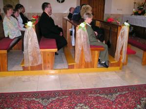 ozdoby na laviciach na sestrinej svadbe