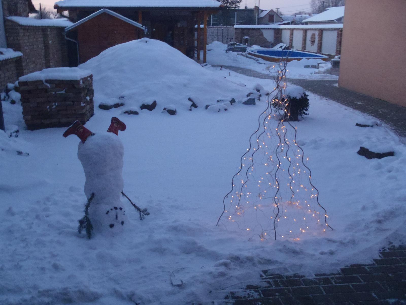 Vánoce 2012 - vánoční stromek na dvoře...je z tyček na rajčata a světýlek :-)