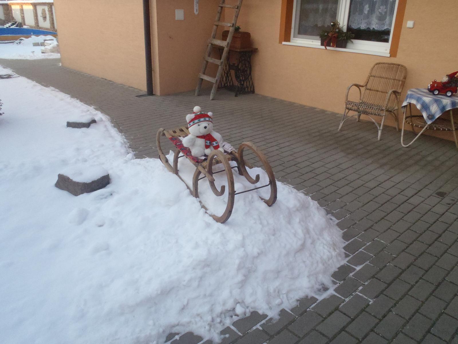 Vánoce 2012 - ..taková hromada sněhu, že jsme i sáňkovali ...