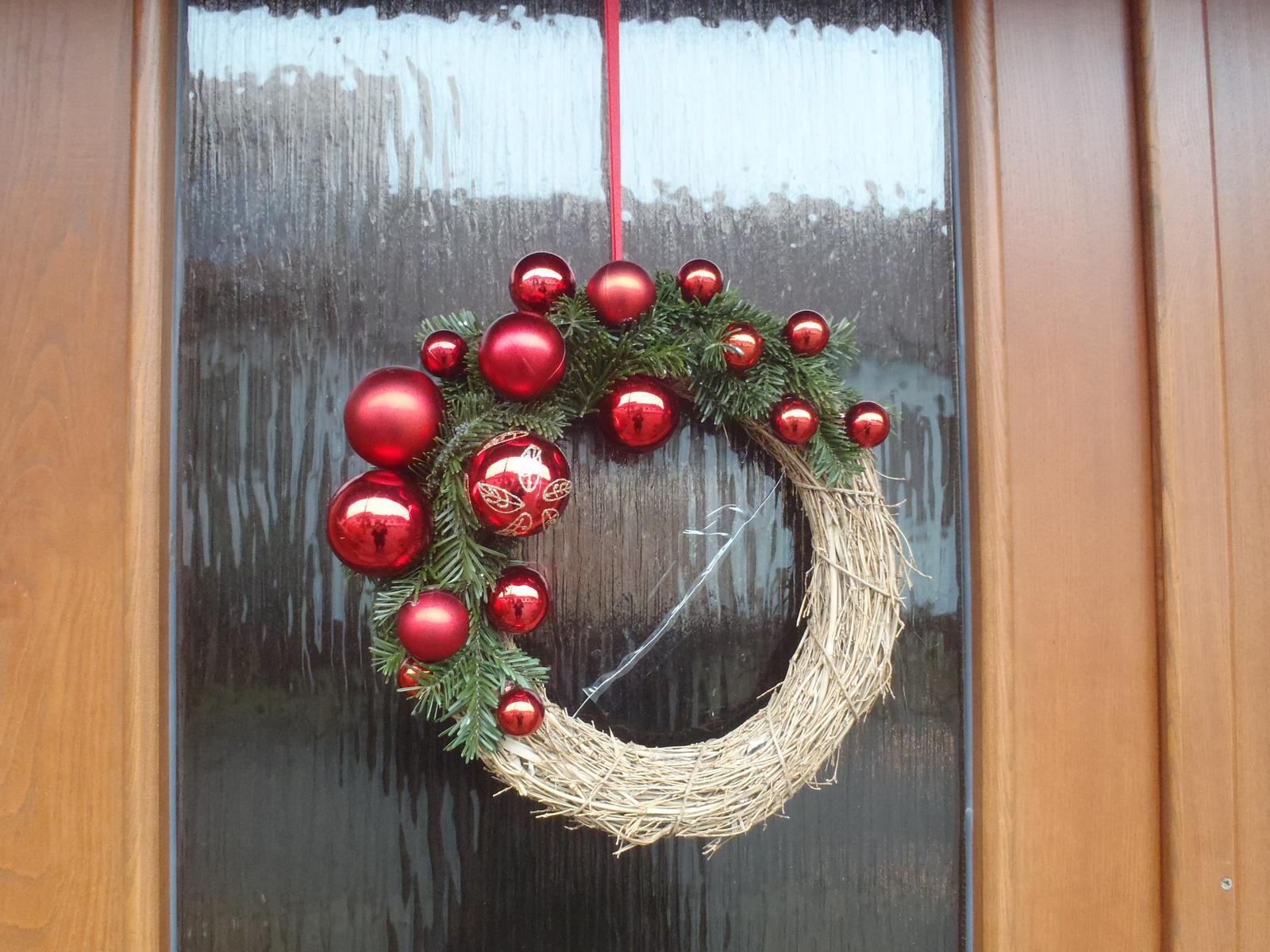 Vánoce 2012 - věneček na dveře vchodové, z ulice