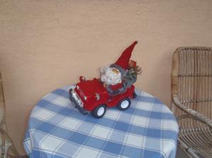 auto bylo původně na hraní-vánoční dárek,teď je to dekorace, říkáme mu Mikuláš,není to Santa :-)