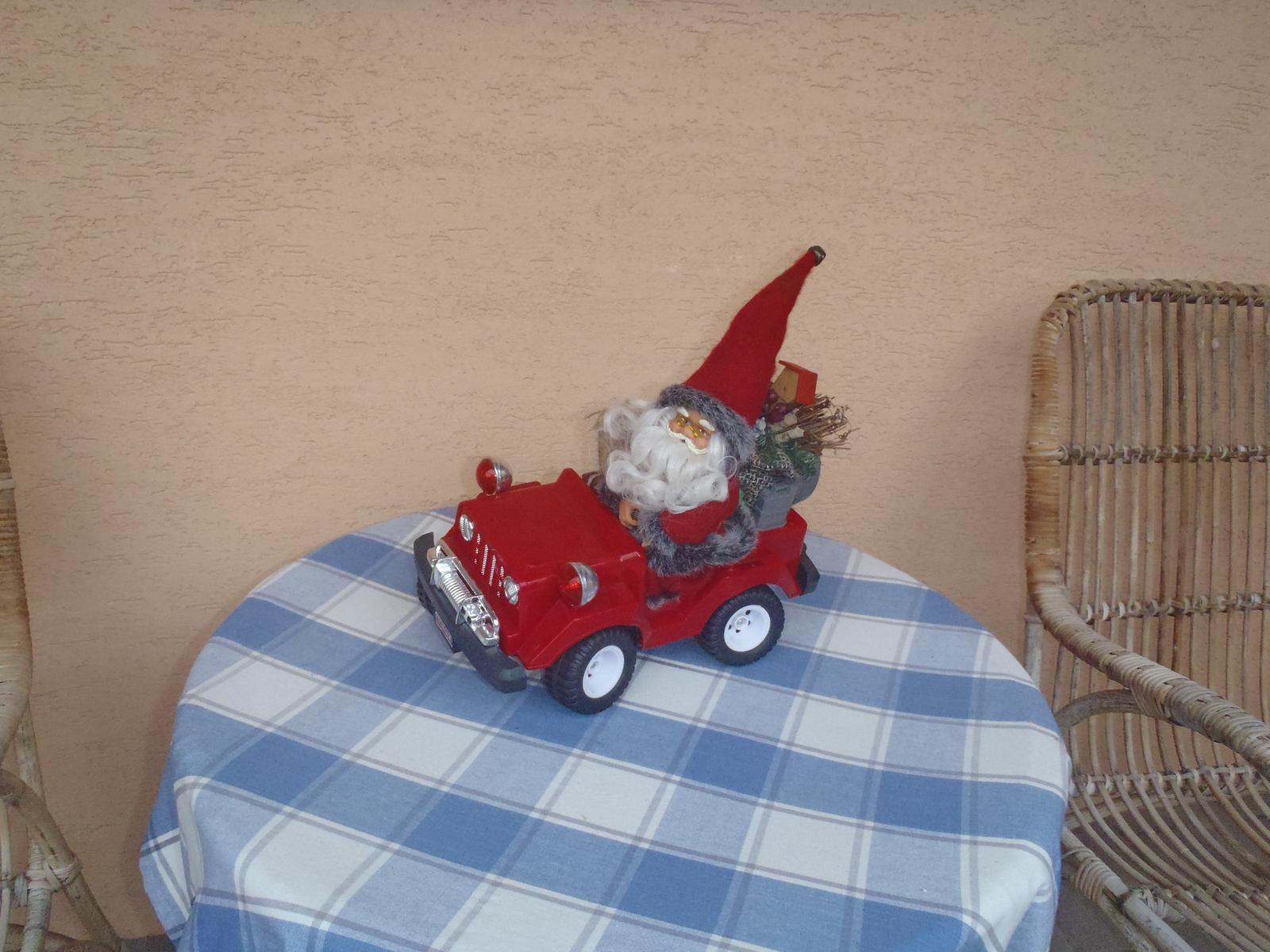 Vánoce 2012 - auto bylo původně na hraní-vánoční dárek,teď je to dekorace, říkáme mu Mikuláš,není to Santa :-)