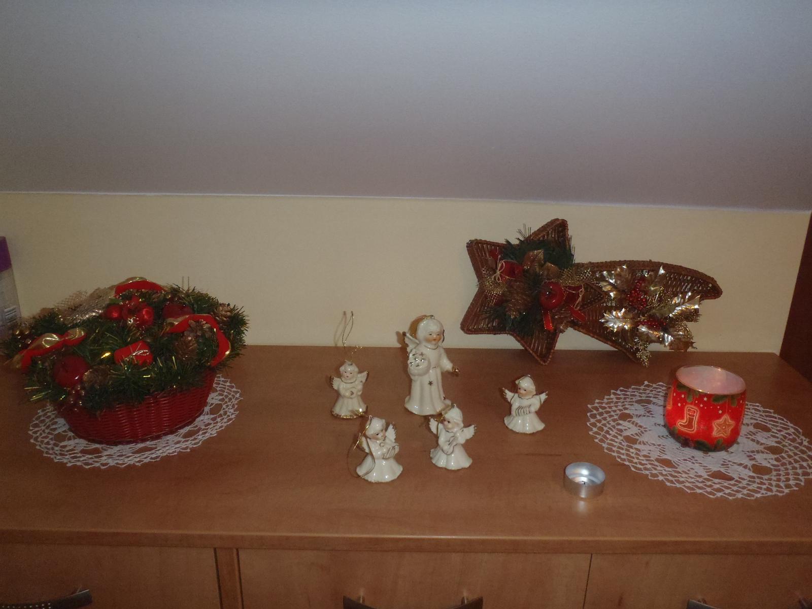 Vánoce 2012 - andělíčci na botníku v chodbě