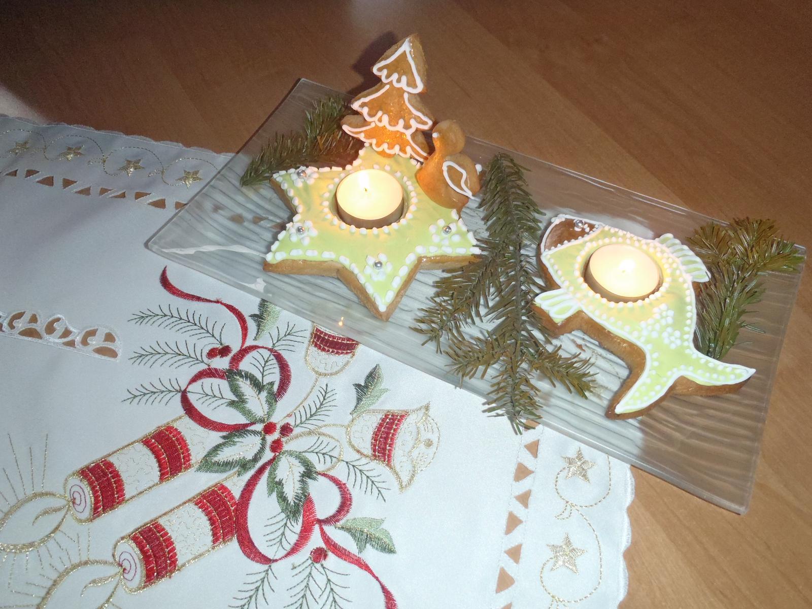Vánoce 2012 - Vánoční svícínky z perníku, můj výtvor ... a oblíbený ubrus