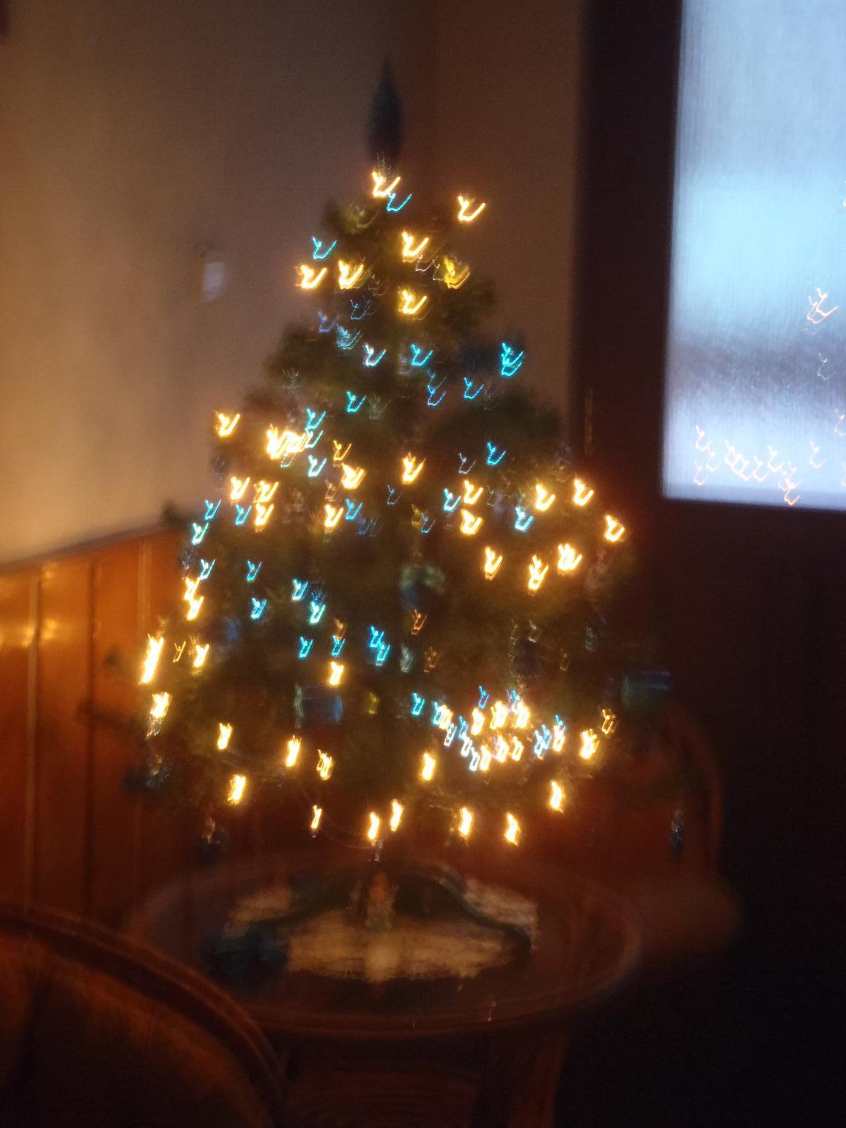 Vánoce 2012 - trošku rozostřený stromeček ...:-)