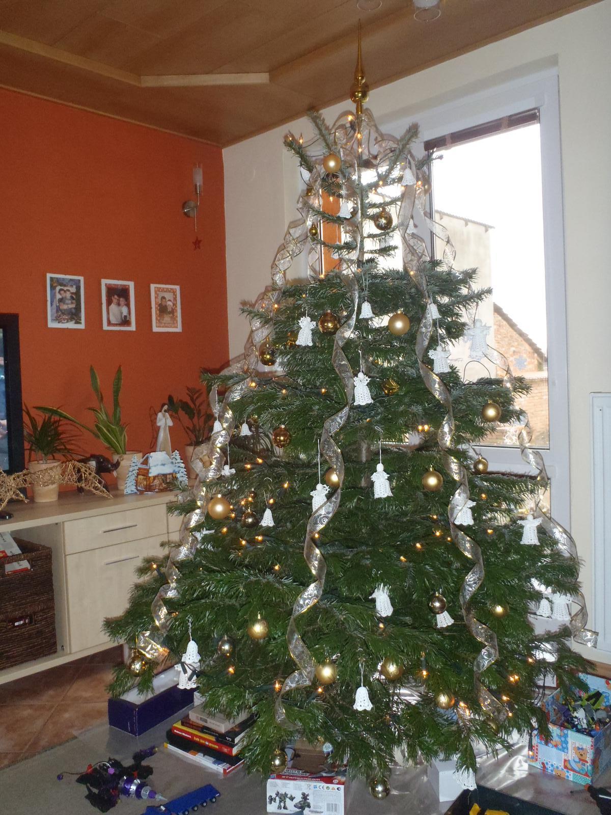 """Vánoce 2012 - Máme háčkované zvonečky a andělíčky, se zlatými koulemi, ale nejde mi nafotit, jak je na ,,živo"""" krásný"""