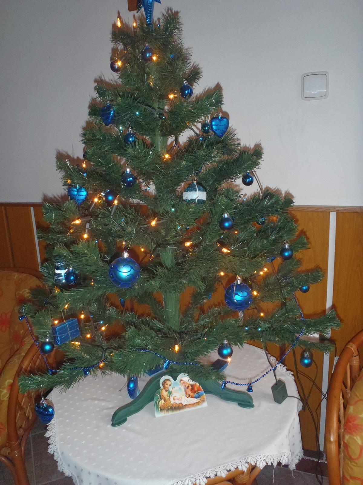 Vánoce 2012 - tohle je na chodbě ještě jeden stromeček, ten rozostřený