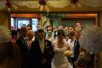 prichádzajú novomanželia