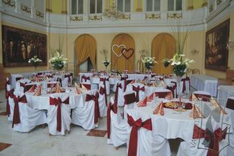 stoly takto, ale zlato-ružová výzdoba