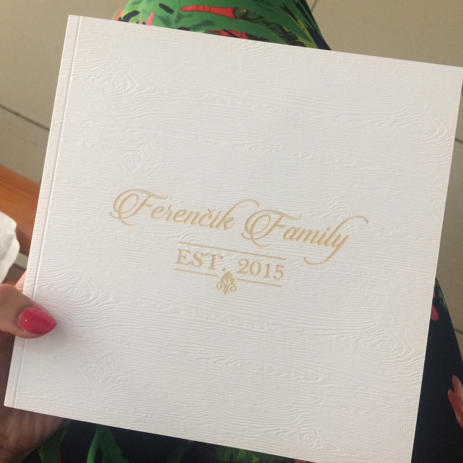 Čo už máme - Svadobná kniha hostí s vygravírovaným logom