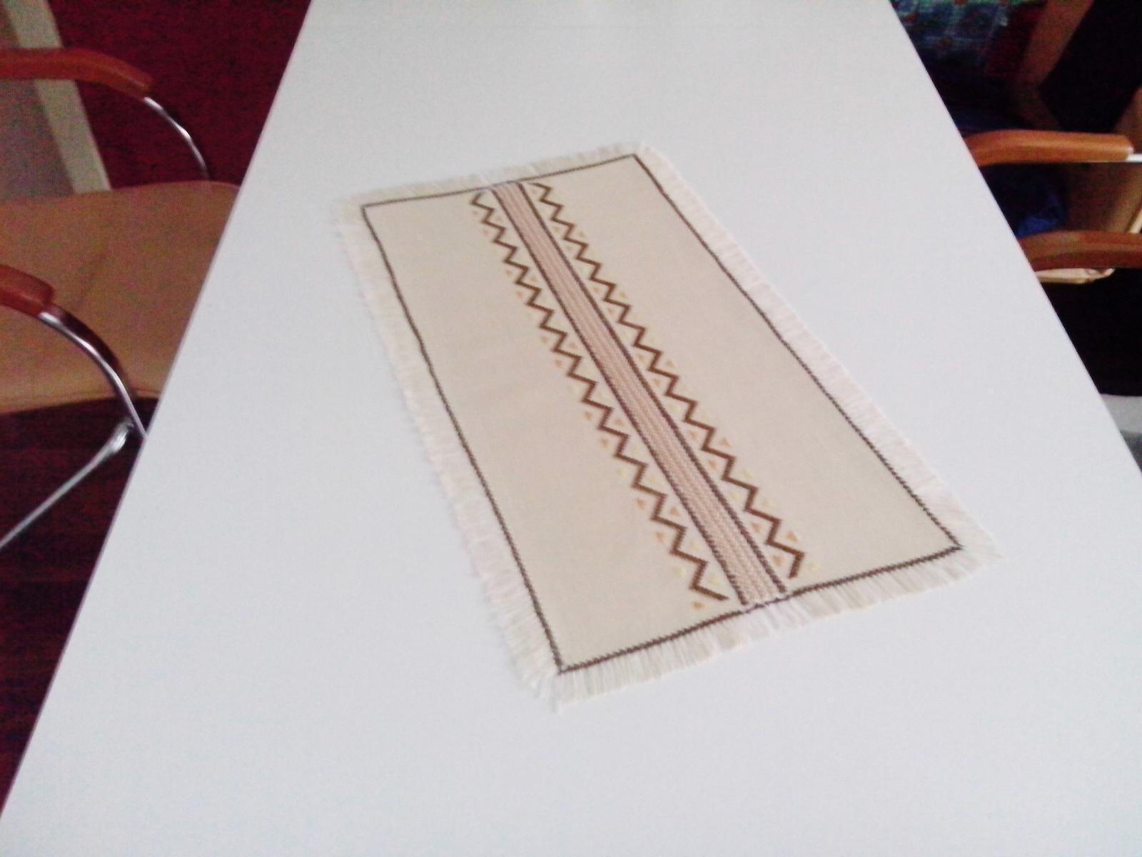 Vyšívaný obrus so strapcami - ručná práca - Obrázok č. 2
