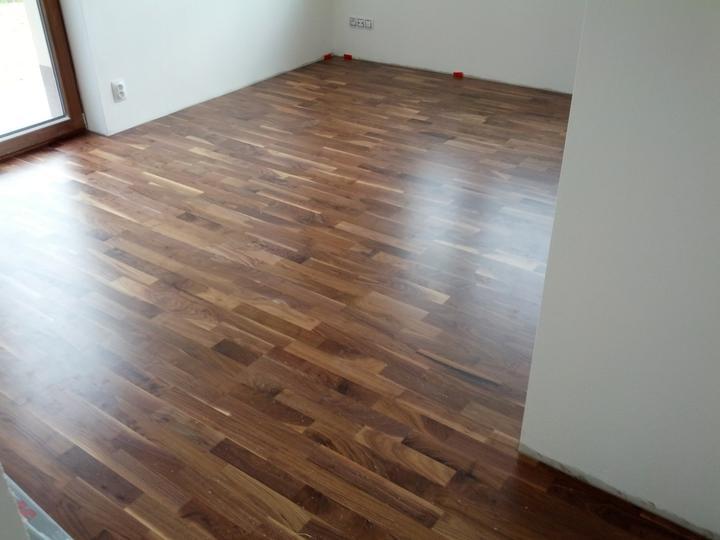 Autíčkový pokoj pro syna - podlaha v pokojíku