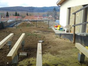 Pohled z obýváku 3/2014. Vepředu se rýsuje terasa. Vzadu vpravo zazimovaný bazén