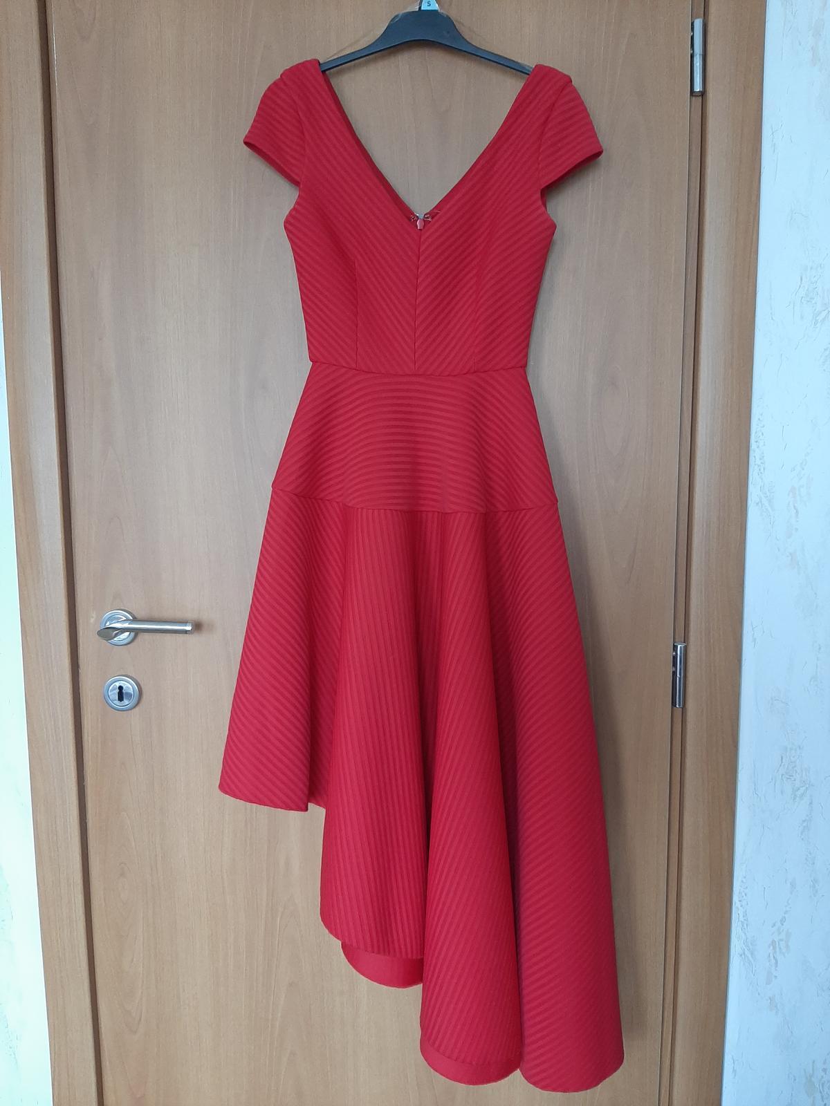 Červené šaty na redový tanec - Obrázok č. 1