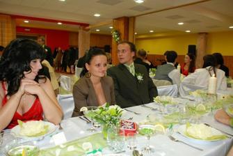 vitka s mojim bratrancom julianom... a pohlad na nasu vyzdobu stolov