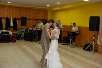 nas 1 svadobny tanec.... nedala som si dole vlecku a preto sa nam tancovalo veeelmi tazko... lebo petko mi po nej chuda stale stupal..