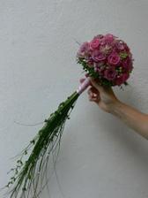 asi takto, ale s meruňkovými růžemi