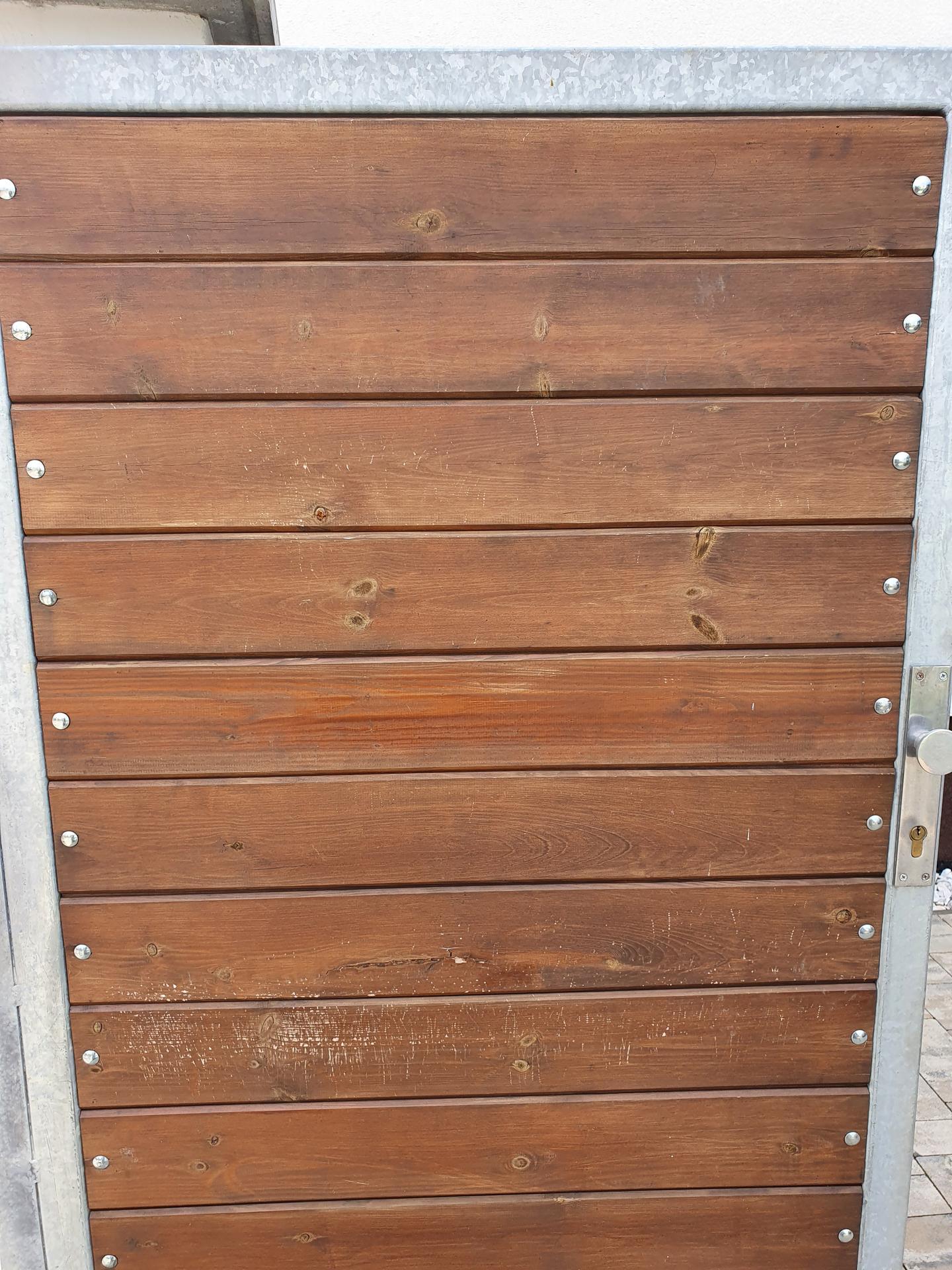 Dotaz - je možné dát něco na plot a vrátka, aby to odradilo kočky? Máme podrápana dřevěná vrátka a špinavý plot. Přes den není nikdo vidět, nejspíš chodí v noci... My samy žádná zvířátka nemáme. Děkuji za rady event.zkušenosti... - Obrázek č. 1