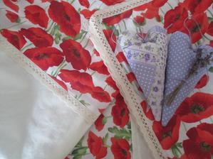 levanduľové srdiečka, obrus olemovaný krajkou a  obliečky na vankúše kombinované makovo-maslové /vzadu s otvorom na vankúš/