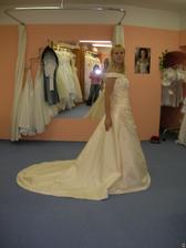 salon Tosca (šaty AD59) s vlečkou