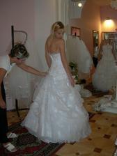 salon Evanie (šaty Sophie) zezadu se zvedlou vlečkou - příprava na tanec :-)
