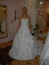 salon Evanie (šaty Eleonore) zepředu, musely by se trochu zabrat :-)