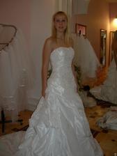 salon Evanie (šaty Eleonore) krásná výšivka
