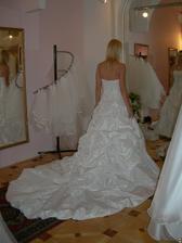 salon Evanie (šaty Eleonore) s vlečkou