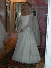 salon Evanie (šaty Sardegna) zepředu v zrcadle