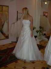 salon Evanie (šaty Krypton) zboku, moc pěkně řešený dekolt