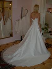 salon Evanie (šaty Krypton) zezadu (nejsou zaplé, zkoušela jsem 34, protože 36 byly pujčené)