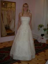 salon Evanie (šaty Italiano) zepředu, barva zlatá