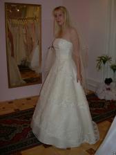 salon Evanie (šaty Italiano) zboku