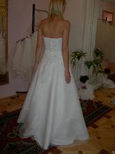 salon Evanie (šaty Puglia) zezadu
