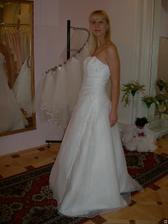 salon Evanie (šaty Puglia) zboku
