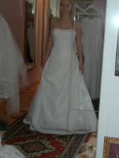 salon Evanie (šaty Quetsche) zepředu v zrcadle, byly mi velké