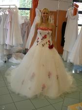salon Orfea (šaty s červenými květy) zepředu