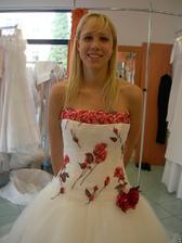 salon Orfea (šaty s červenými květy) detail