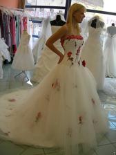 salon Orfea (šaty s červenými květy) zboku