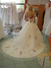 salon Orfea (šaty s červenými květy) s vlečkou