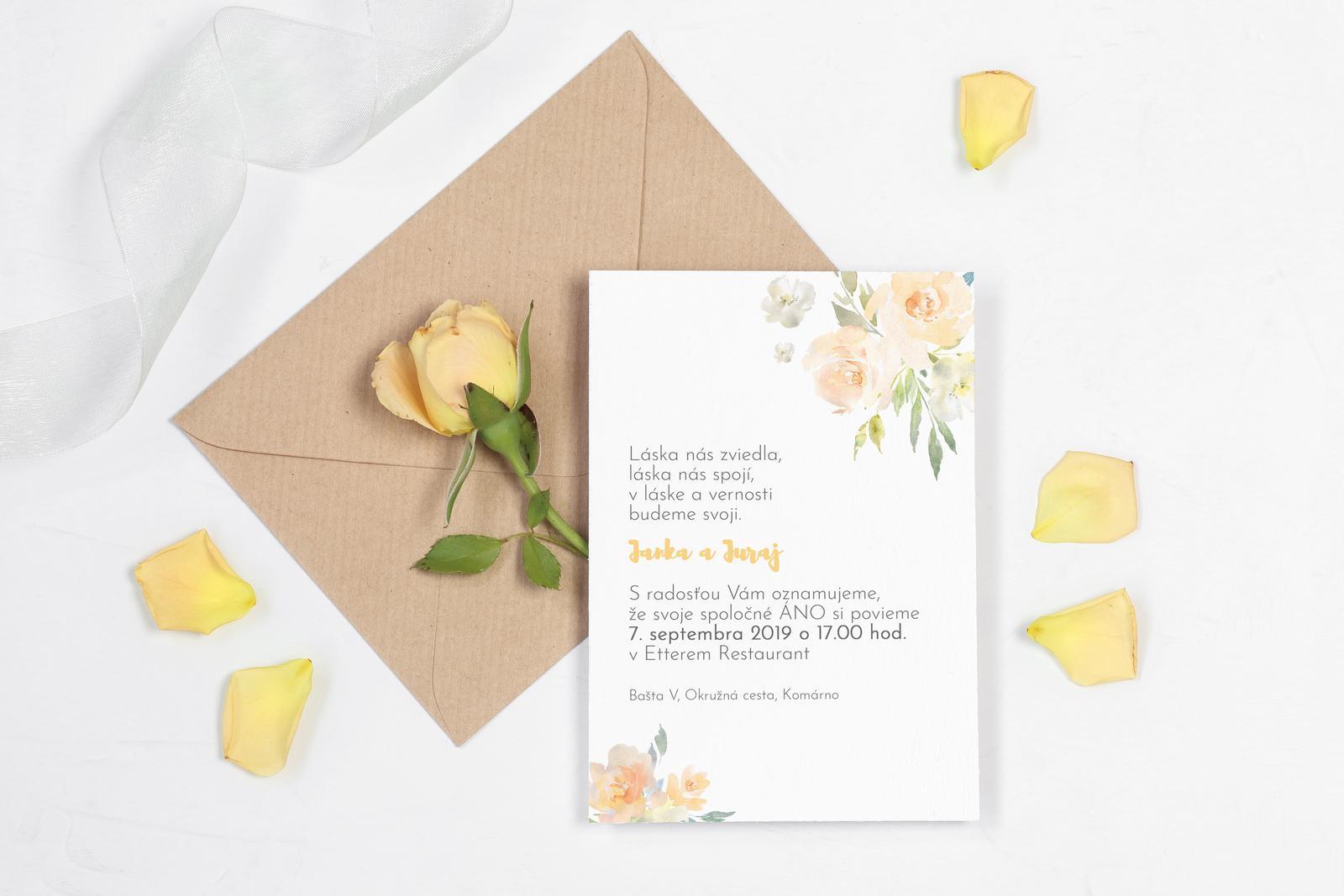 """Svieža žltá - trocha iné oznámenie - Vnesme si trochu slniečka do dnešného upršaného dňa ☀️🌵☀️ Žltá je pomerne netradičná  a netypická """"svadobná"""" farba,o to viac som sa tešila na prácu na tomto oznámení 😊 V kombinácii s bielou, jemným florálnym motívom a prírodným papierom je výsledok"""